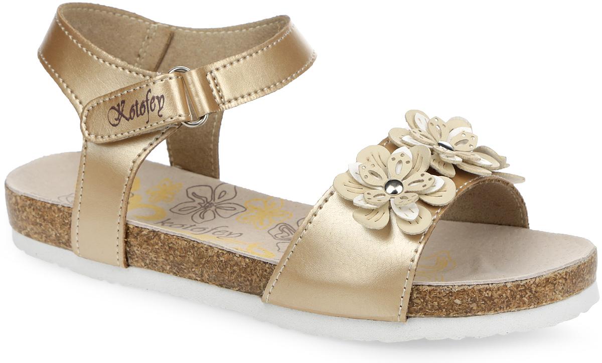 523044-02Модные сандалии от Котофей не оставят равнодушной вашу девочку! Модель изготовлена из искусственной кожи и оформлена на мысе композицией из декоративных цветков. Ремешок с застежкой-липучкой, оформленный названием бренда, прочно закрепит обувь на ножке и отрегулирует нужный объем. Стелька из натуральной кожи комфортна при движении. Подошва с рифлением обеспечивает отличное сцепление с поверхностью. Практичные и стильные сандалии займут достойное место в гардеробе вашей девочки.