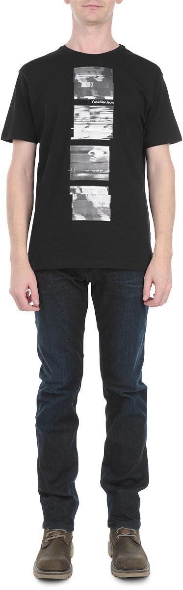 ФутболкаJ3EJ302970Мужская футболка Calvin Klein Jeans, выполненная из натурального хлопка, идеально подойдет для отдыха, прогулок и занятий спортом. Материал очень мягкий и приятный на ощупь, не сковывает движения и хорошо вентилируется. Футболка прямого кроя с короткими рукавами имеет круглый вырез горловины. На фронтальной стороне изделие оформлено оригинальным принтом. Такая модель будет дарить вам комфорт в течение всего дня и станет отличным дополнением к вашему гардеробу.
