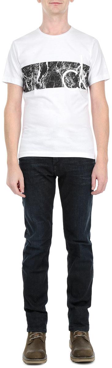 ФутболкаJ3IJ302666Стильная мужская футболка Calvin Klein Jeans, выполненная из мягкого хлопка, обладает высокой теплопроводностью, воздухопроницаемостью и гигроскопичностью, позволяет коже дышать. Модель с короткими рукавами и круглым вырезом горловины - идеальный вариант для создания образа в стиле Casual. Футболка спереди оформлена оригинальным принтом и логотипом бренда. Такая модель подарит вам комфорт в течение всего дня и послужит замечательным дополнением к вашему гардеробу.