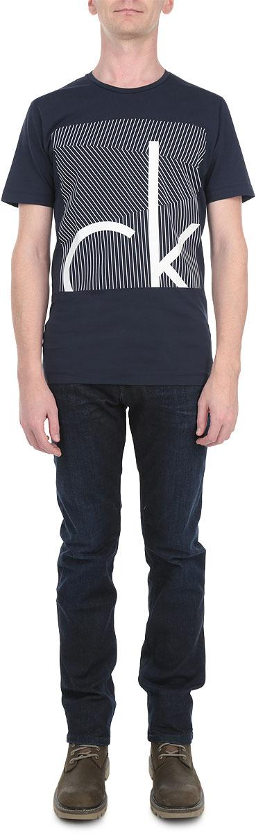 ФутболкаR2541-94Стильная мужская футболка Calvin Klein Jeans, выполненная из мягкого хлопка с небольшим добавлением эластана, обладает высокой теплопроводностью, воздухопроницаемостью и гигроскопичностью, позволяет коже дышать. Модель с короткими рукавами и круглым вырезом горловины - идеальный вариант для создания образа в стиле Casual. Футболка спереди оформлена принтом в полоску и логотипом бренда. Такая модель подарит вам комфорт в течение всего дня и послужит замечательным дополнением к вашему гардеробу.