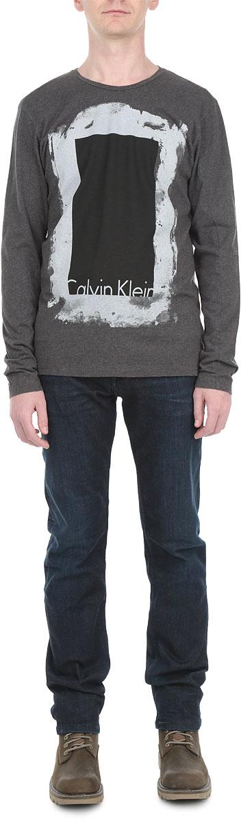 ЛонгсливJ3IJ302737Стильный мужской лонгслив Calvin Klein Jeans, выполненный из 100% хлопка, обладает высокой воздухопроницаемостью и гигроскопичностью, позволяет коже дышать. Модель прямого кроя с длинными рукавами и круглым вырезом горловины спереди оформлена принтом и надписью с названием бренда. Модный лонгслив - идеальный вариант для создания эффектного образа.