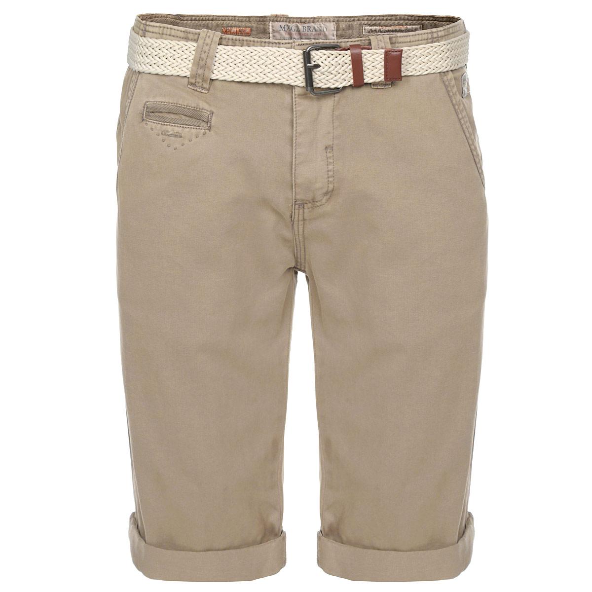 Шорты мужские Fusion StoneFusionSTONE/CAFFELATTEСтильные мужские шорты MeZaGuZ Fusion Stone, изготовленные из натурального хлопка, необычайно мягкие и приятные на ощупь, не сковывают движения, обеспечивая наибольший комфорт, позволяют коже «дышать». Модель прямого покроя с ширинкой на пуговичках, на талии также застегивается на пуговицу и имеет шлевки для ремня. В комплект входит плетеный ремень с металлической пряжкой, выполненный из шнура и оформленный дерматином. Спереди шорты дополнены двумя втачными карманами с косыми краями и небольшим карманом для мелочи, застегивающимся на небольшую пуговицу. Сзади также располагаются два кармана, застегивающиеся на пластиковые пуговицы. Края брючин оформлены не подшитыми отворотами, которые можно в любой момент развернуть, увеличив тем самым длину шорт. Эти шорты идеальный вариант для жарких летних дней.