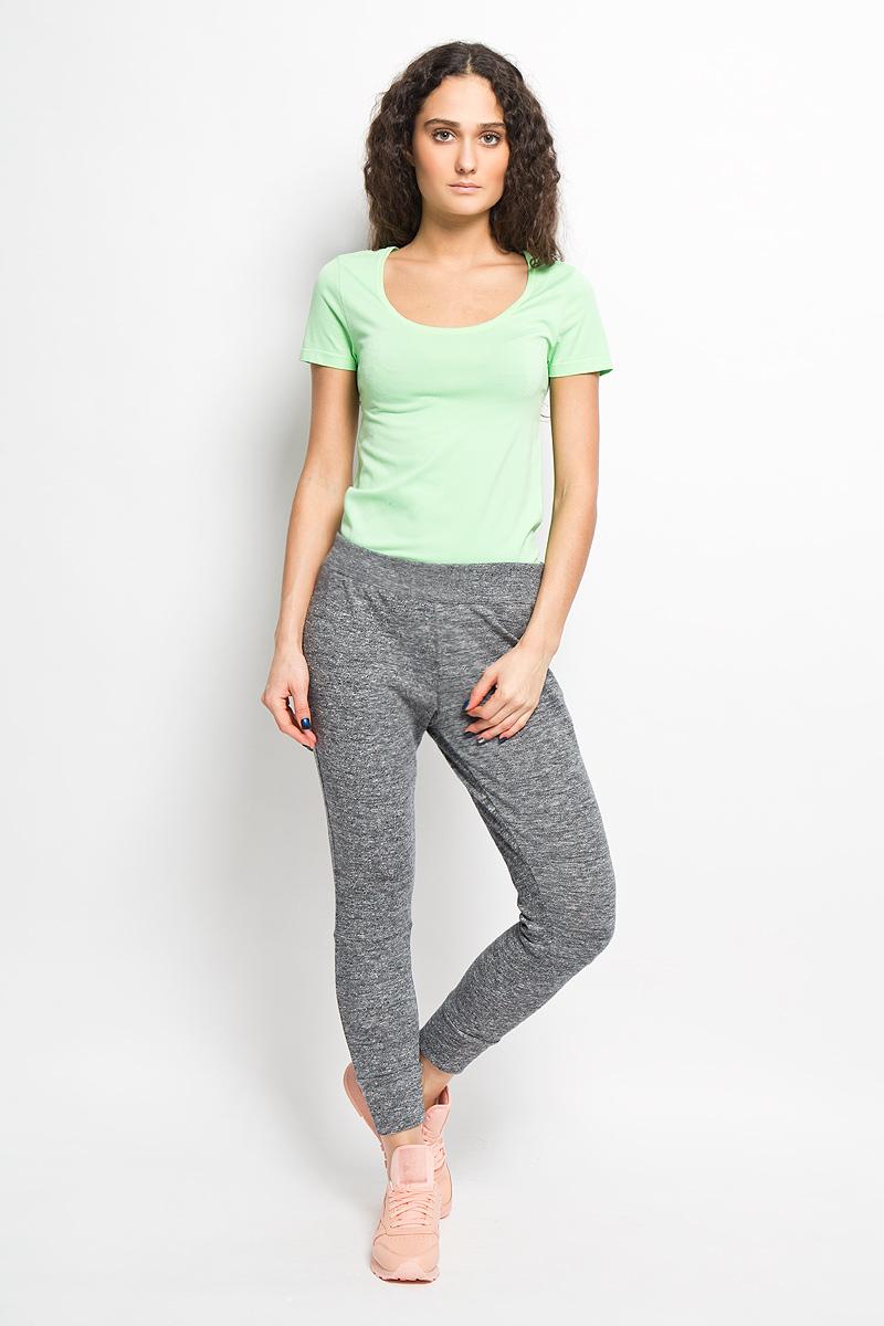 Брюки спортивныеAJ3789Удобные женские спортивные брюки Reebok F FT Trend великолепно подойдут для отдыха, повседневной носки, а также для занятий спортом. Модель прямого кроя и средней посадки изготовлена из натурального хлопка, благодаря чему великолепно пропускает воздух, обладает высокой гигроскопичностью и превосходно сидит, обеспечивая вам комфорт даже во время интенсивных тренировок. Брюки имеют широкую эластичную резинку на поясе. Брючины дополнены трикотажными манжетами. Изделие дополнено втачным карманом на молнии и украшено вышивкой с логотипом производителя. Эти модные и в тоже время удобные брюки - настоящее воплощение комфорта. В них вы всегда будете чувствовать себя уверенно и уютно, и непременно достигнете новых спортивных высот.