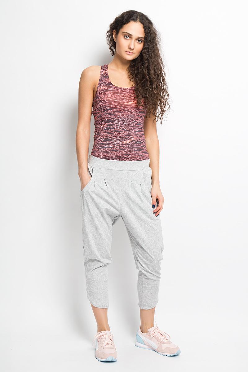 Брюки женские Style P. Long Drapy Pants W. 83641883641801Спортивные брюки Puma Style P. Long Drapy Pants W свободного покроя идеальны для создания модного образа в спортивном стиле. Они выполнены из мягкого хлопкового трикотажа с добавлением полиэстера по технологии dryCELL. Материал отводит влагу, поддерживает тело сухим и гарантирует комфорт во время активных тренировок и занятий спортом. Модель на широком эластичном поясе, сзади дополнена резинкой. Штанины по низу декорированы оригинальными разрезами. По бокам расположены втачные карманы. Спереди модель дополнена вышивкой с логотипом Puma. Отличный вариант для активного отдыха или тренировок.