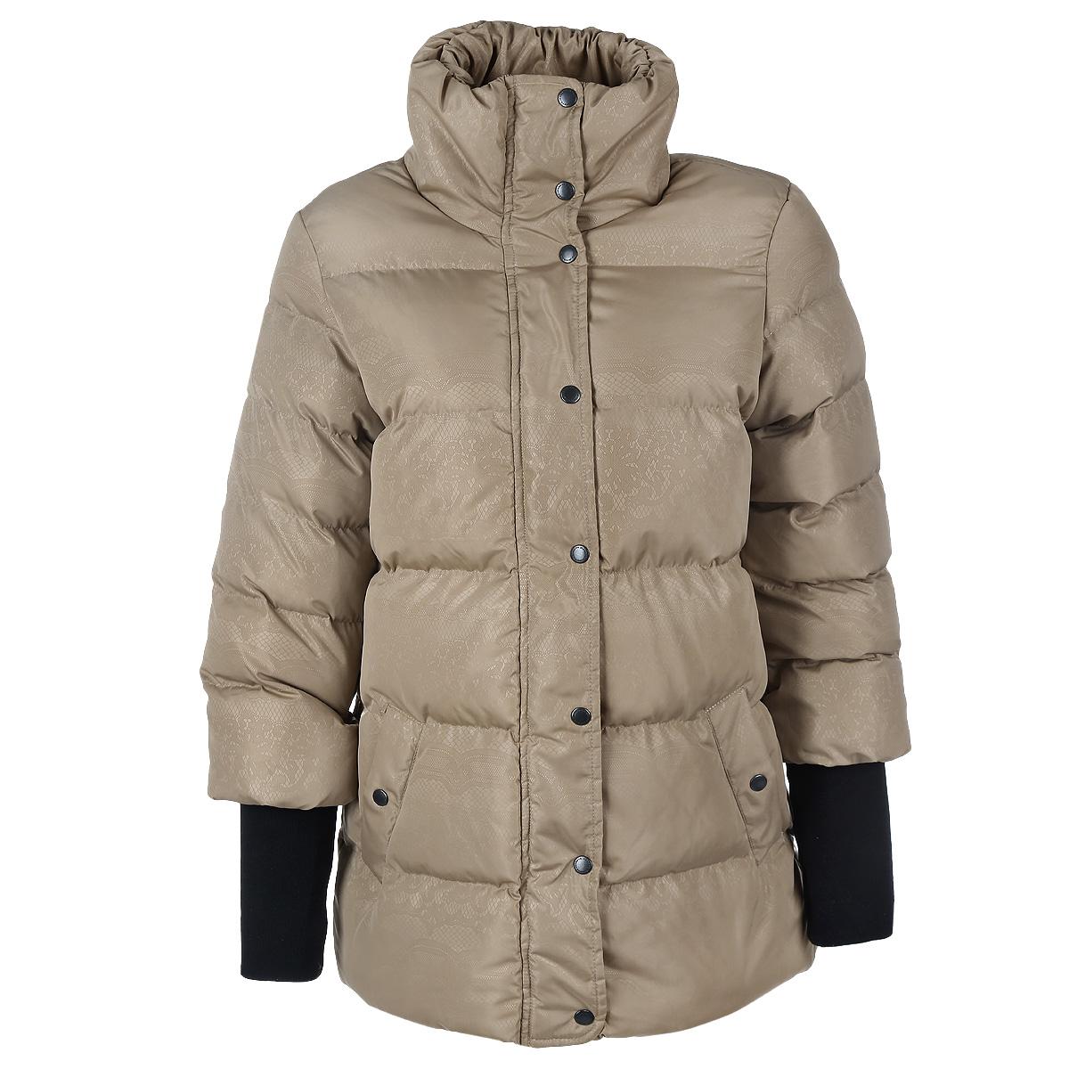 Куртка женская. 1686016860Женская стеганая куртка F5 отлично подойдет для холодной погоды. Модель изготовлена из 100% полиэстера. Подкладка и утеплитель также выполнены из 100% полиэстера. Модель прямого кроя с высоким воротником-стойкой застегивается на пластиковую застежку-молнию, и дополнительно имеет внутреннюю и внешнюю ветрозащитные планки. Верхняя планка застегивается на металлические кнопки. Воротник по краю присборен на тонкую эластичную резинку, образующую сборки. Спереди предусмотрены два прорезных кармана на кнопках. Также имеется внутренний прорезной карман на застежке-молнии. Низ рукавов дополнен длинными плотными трикотажными манжетами со специальными прорезями для больших пальцев. Оформлена модель оригинальным орнаментом. Эта модная куртка послужит отличным дополнением к вашему гардеробу!
