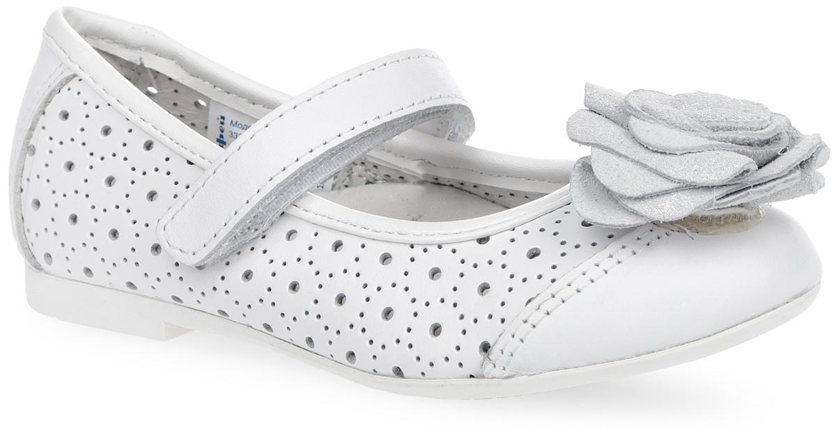 Туфли для девочки. 332037-21332037-21Прелестные туфли от Котофей очаруют вашу дочурку с первого взгляда! Модель выполнена из натуральной кожи и декорирована перфорацией, на мысе - очаровательным цветком с блестящим покрытием. Перфорация обеспечивает отличную вентиляцию, позволяет ногам ребенка дышать. Ремешок на застежке-липучке гарантирует надежную фиксацию обуви на ноге. Стелька EVA с поверхностью из натуральной кожи обеспечивает максимальный комфорт. Супинатор на стельке отвечает за правильное положение ноги ребенка при ходьбе, предотвращает плоскостопие. Рифление на подошве обеспечивает идеальное сцепление с любой поверхностью. Удобные туфли - незаменимая вещь в гардеробе каждой девочки.