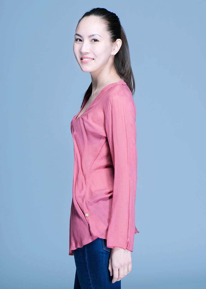 Блуза женская. 12DСL001912DСL0019Стильная блуза Nolita, выполненная из вискозы с добавлением шерсти, очень мягкая на ощупь, не раздражает даже самую нежную и чувствительную кожу и хорошо вентилируется. Модель облегающего кроя с длинными рукавами и V-образным вырезом горловины. В такой блузе вы безусловно привлечете восхищенные взгляды окружающих и подчеркнет ваш безупречный стиль.
