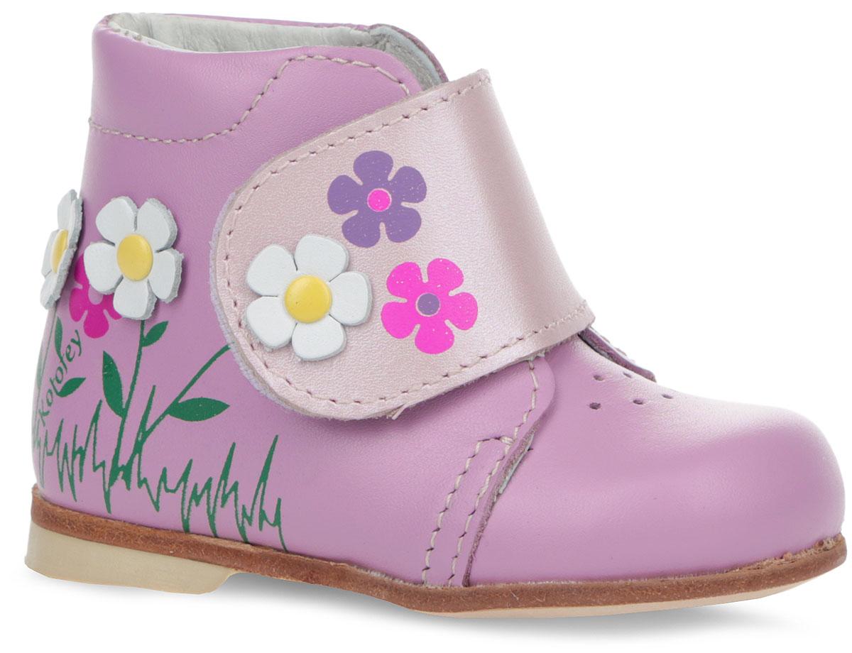 Ботинки для девочки. 052112-21052112-21Прелестные ботинки от Котофей покорят вас и вашу дочурку с первого взгляда! Модель выполнена из натуральной высококачественной кожи и оформлена яркой аппликацией в виде цветов. Перфорация в носочной части увеличивает воздухопроницаемость изделия и способствует поддержанию благоприятного микроклимата внутри обуви. Широкий ремешок на застежке-липучке надежно фиксирует ножку ребенка, не давая ей смещаться из стороны в сторону и назад. Ортопедический каблук Томаса укрепляет подошву под средней частью стопы и препятствует ее заваливанию внутрь. Стелька из натуральной кожи оснащена супинатором, который обеспечивает правильное положение ноги ребенка при ходьбе, предотвращает плоскостопие. Подошва оформлена вставкой, стилизованной под дерево. Удобные и модные ботинки - необходимая вещь в гардеробе каждого ребенка.