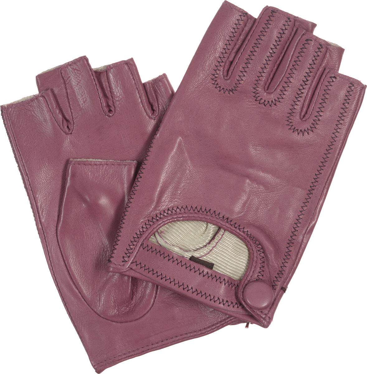 Митенки женские. IS03015IS03015Лаконичные митенки Eleganzza изготовлены из гладкой, невероятно мягкой натуральной кожи ягненка. Внешняя часть декорирована вырезом с ремешком на кнопке. Оформлено изделие контрастной строчкой. Первоначально митенки использовались для защиты от холода при выполнении работ, требующих подвижности пальцев. Но начиная с XVIII века митенки стали использоваться как модный женский аксессуар, дамы носили митенки и в помещениях, соответственно митенки выполняли больше эстетическую, а не практическую функцию. Такая мода продержалась и в XIX веке. Использовались как простые вязаные митенки, так и кружевные, причем они могли по длине доходить как до середины руки, так и до локтя. В России митенки использовались еще в XIX веке и считались женскими перчатками. В настоящий момент митенки используются как женщинами, так и мужчинами, но все-таки в большей степени считаются женским аксессуаром одежды!