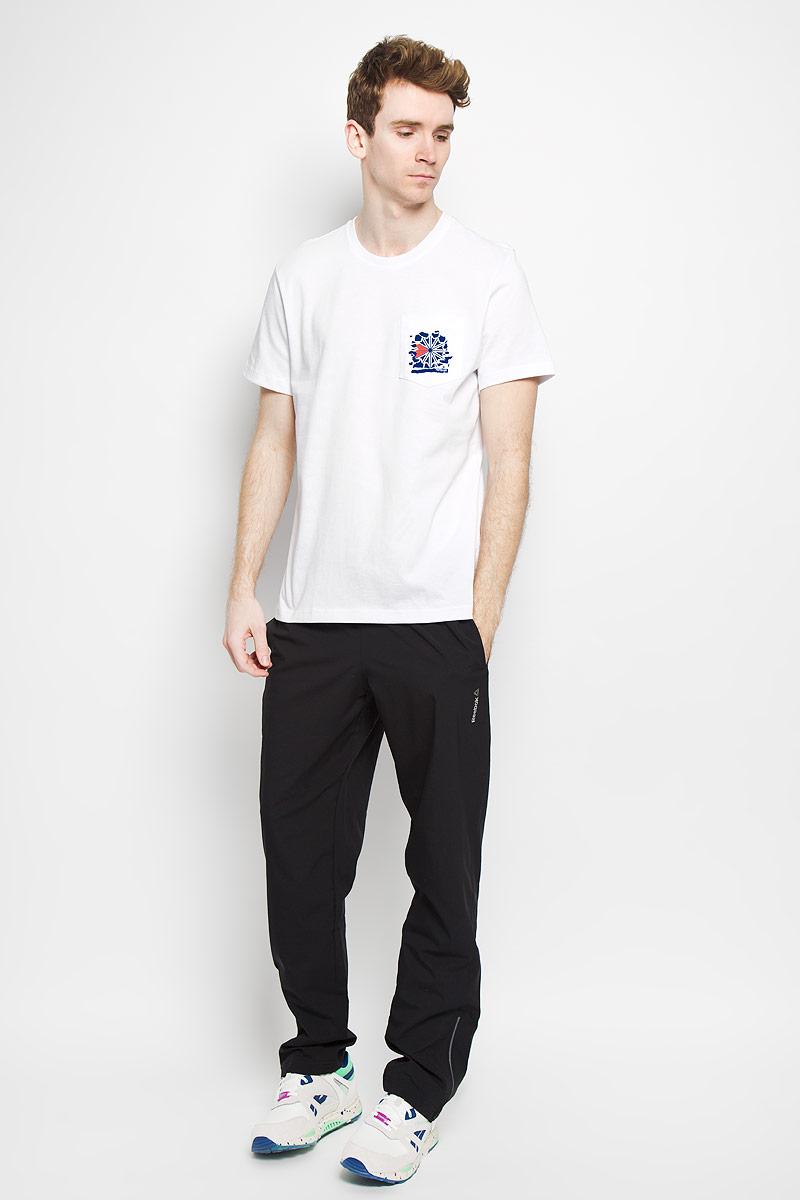 ФутболкаAK0510Стильная мужская футболка Reebok F Pocket Tee обеспечивает наибольший комфорт и свободу движений во время занятий спортом и в повседневной носке. Изделие свободного кроя с круглым вырезом горловины и короткими рукавами подарит вам удобство и комфорт. Натуральный хлопок обеспечивает оптимальный микроклимат. Модель декорирована спереди небольшим накладным карманом с термоаппликацией в виде надписи Reebok Classic и оригинального рисунка, сзади также декорирована большой термоаппликацией в виде надписи Reebok Classic и оригинального рисунка. Такая футболка послужит замечательным дополнением к вашему гардеробу.