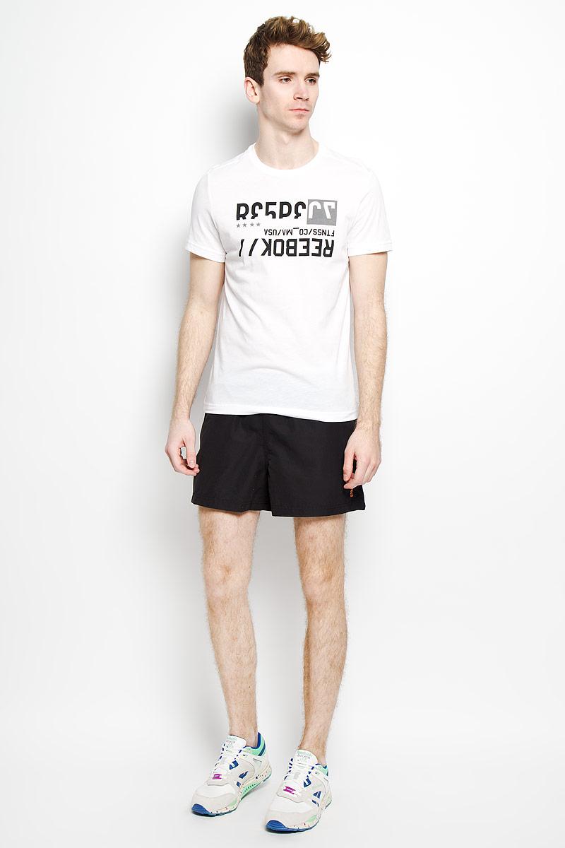 Футболка мужская. Wor C ComAK1476Стильная мужская футболка Reebok Wor C Com, выполненная из хлопка и полиэстера, обеспечивает наибольший комфорт и свободу движений во время занятий спортом и в повседневной носке. Модель свободного кроя с круглым вырезом горловины и короткими рукавами подарит вам удобство и комфорт. Изделие имеет смещенные плечевые швы, кокетку на спинке. Спереди расположен оригинальный принт в виде надписей на английском языке. Такая футболка послужит замечательным дополнением к вашему гардеробу.