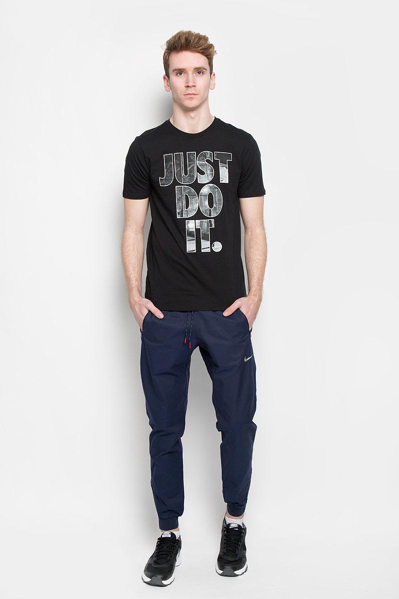 Брюки спортивные мужские Av15 Cnvrsn Wvn Pant. 644844644844-452Мужские спортивные брюки Nike Av15 Cnvrsn Wvn Pant изготовлены из хлопка и нейлона. Плотная ткань сочетает стиль и комфорт. На поясе брюки имеют эластичную резинку со шнурком для утяжки, тем самым создавая идеальную посадку на фигуре. Низ брючин дополнен эластичными манжетами и застежкой-молнией, которую при необходимости можно расстегнуть. Спереди предусмотрены два прорезных кармана на застежке-молнии. Сзади находится прорезной карман. Такая модель станет отличным дополнением к вашему гардеробу.