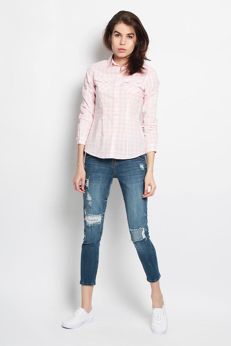 РубашкаB-312/114-6122Стильная женская рубашка Sela Casual, выполненная из натурального хлопка, прекрасно подойдет для повседневной носки. Материал очень мягкий и приятный на ощупь, не сковывает движения и позволяет коже дышать. Рубашка слегка приталенного кроя с отложным воротником и длинными рукавами застегивается на пуговицы по всей длине. На груди модели предусмотрены два накладных кармана с клапанами на пуговицах. Манжеты рукавов также застегиваются на пуговицы. Изделие оформлено принтом в клетку. Такая рубашка будет дарить вам комфорт в течение всего дня и станет модным дополнением к вашему гардеробу.