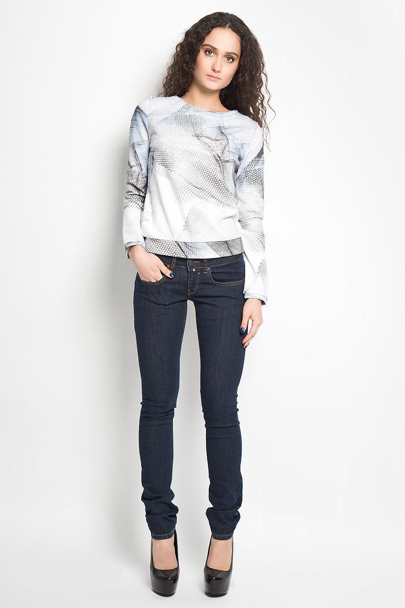 СвитшотB265018Великолепный женский свитшот Calvin Klein Jeans, выполненный из хлопка с добавлением полиэстера, обладает высокой теплопроводностью, воздухопроницаемостью и гигроскопичностью, позволяет коже дышать. Модель с круглым вырезом горловины и длинными рукавами оформлена на спинке застегивается от горловины на металлическую застежку-молнию. Манжеты и низ изделия отделаны эластичной трикотажной резинкой. Спереди модель дополнена небольшим декоративным металлическим элементом с надписью Calvin Klein Jeans. Такой свитшот будет дарить вам комфорт в течение всего дня и послужит замечательным дополнением к вашему гардеробу.