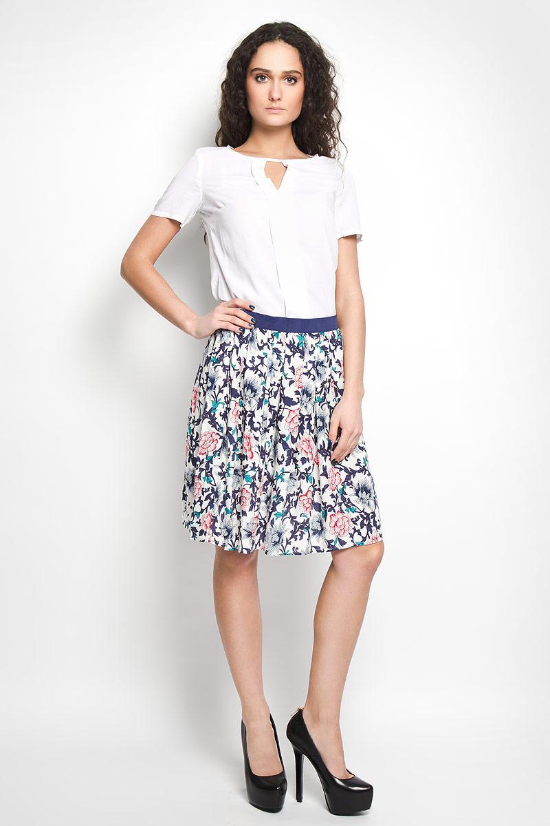 Юбка13201-1_navy flowersЭффектная юбка F5 выполнена из высококачественной вискозы, она обеспечит вам комфорт и удобство при носке. Юбка-миди дополнена широкой эластичной резинкой на талии. Юбка оформлена красочным цветочным принтом. Модная юбка-миди выгодно освежит и разнообразит ваш гардероб. Создайте женственный образ и подчеркните свою яркую индивидуальность! Классический фасон и оригинальное оформление этой юбки сделают ваш образ непревзойденным.