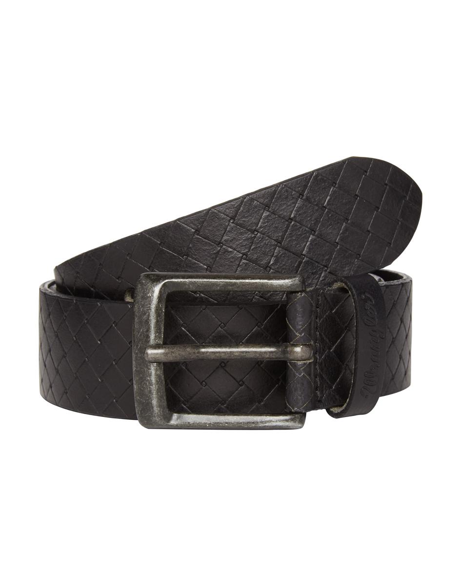РеменьW0A00US01Стильный мужской ремень Wrangler станет великолепным дополнением к любому образу. Ремень изготовлен из натуральной кожи в виде плетеного узора и оформлен металлической состаренной пряжкой. Такой ремень идеально подойдет к джинсам. Такой ремень станет великолепным дополнением к образу в стиле casual.
