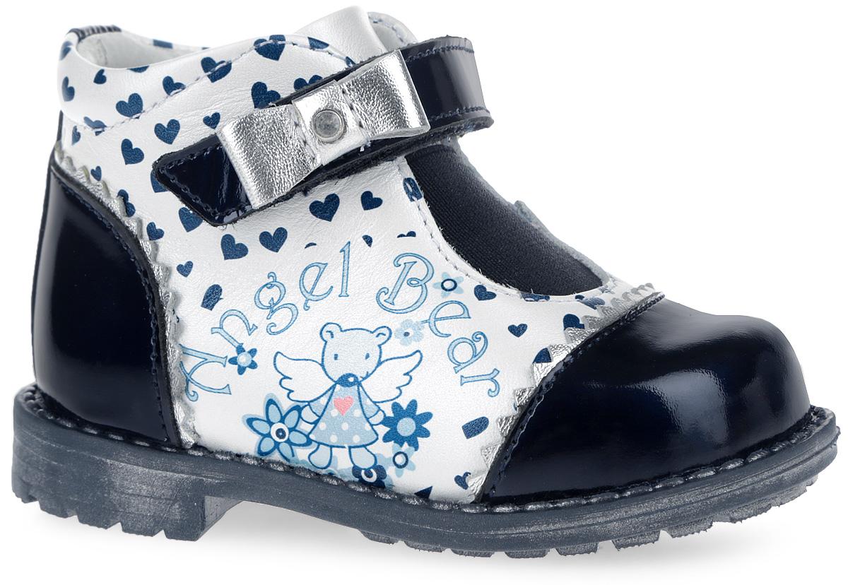 Ботинки для девочки. 7-8060916027-806091602Прелестные ботинки от Elegami не оставят равнодушной вашу девочку! Модель, выполненная из натуральной кожи, дополнена вставками из натуральной лакированной кожи и оформлена изображением сердечек, сбоку - оригинальным рисунком, вдоль ранта - декоративной прострочкой. Эластичная вставка на подъеме и ремешок с застежкой-липучкой, который оформлен бантиком со стразом, обеспечивают надежную фиксацию обуви на ноге. Внутренняя поверхность из натуральной кожи и стелька из EVA-материала с поверхностью из натуральной кожи комфортны при движении. Стелька дополнена супинатором с перфорацией, который обеспечивает правильное положение ноги ребенка при ходьбе, предотвращает плоскостопие. Перфорация на стельке позволяет ногам дышать. Протектор на подошве и на каблуке обеспечивает отличное сцепление с любой поверхностью. Стильные ботинки - незаменимая вещь в гардеробе вашей девочки.