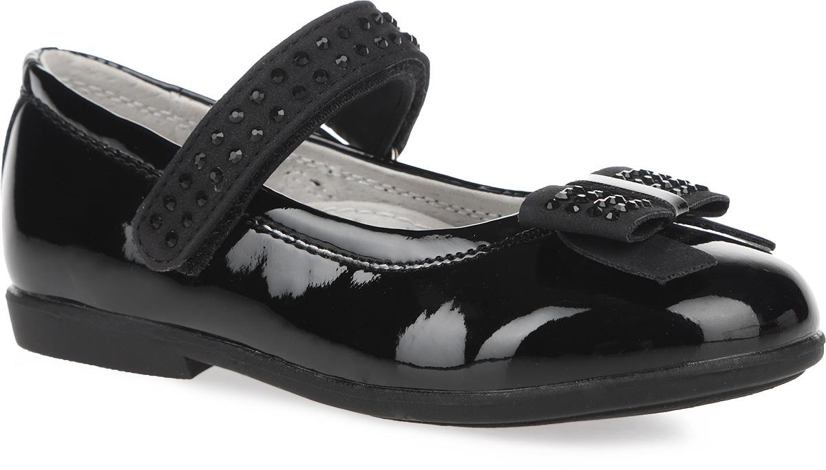 162217Элегантные туфли от PlayToday придутся по душе вашей юной моднице! Модель на невысоком широком каблучке изготовлена из искусственной лаковой кожи и оформлена на мыске милым бантиком. Ремешок на застежке-липучке, выполненный из искусственного нубука, предназначен лучшей фиксации обуви на ноге. Подкладка и стелька с супинатором из натуральной кожи, обеспечивающая правильное формирование стопы, гарантируют дополнительный комфорт и предотвращают натирание. Декоративный элемент на мыске и ремешок декорированы стразами. Задник дополнен наружным ремешком. Подошва оснащена рифлением для лучшей сцепки с поверхностью. Чудесные туфли займут достойное место в гардеробе вашего ребенка.