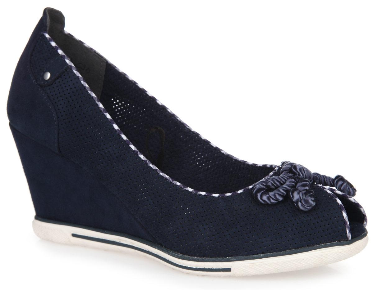 2-2-29305-26-805Сногсшибательные туфли на танкетке от Marco Tozzi придутся по душе любой, даже самой капризной моднице! Модель выполнена из высококачественного текстильного материала. Обувь оформлена перфорацией, текстильным кантом с клеточным принтом, на мысе - оригинальным бантом. Перфорация обеспечивает хорошую воздухопроницаемость. Открытый носок добавляет женственности в образ. Умеренной высоты танкетка устойчива. Рифленая поверхность подошвы обеспечивает хорошее сцепление с любыми поверхностями. Такие туфли изящно подчеркнут вашу индивидуальность.