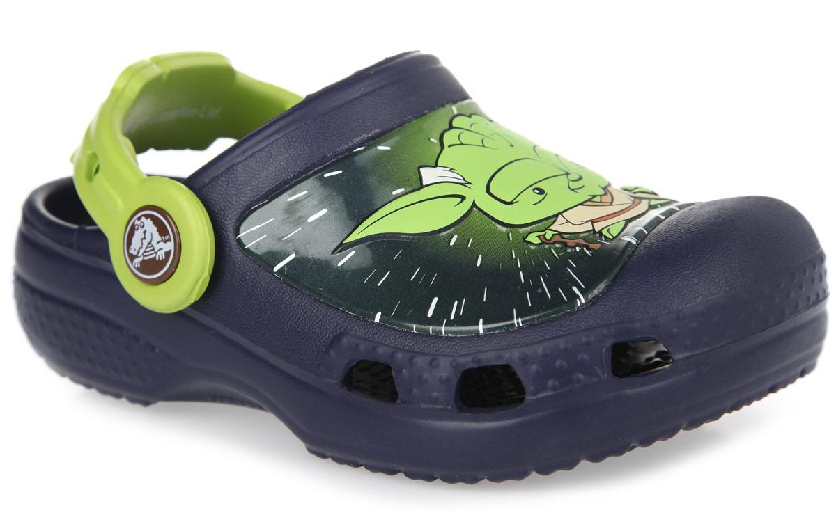 Сабо для мальчика Star Wars Yoda. 201502-410-105201502-410-105Модные сабо Star Wars Yoda от Crocs придутся по душе вашему мальчику. Обувь невероятно легкая, мягкая и удобная благодаря материалу Croslite. Материал Croslite - бактериостатичен, препятствует появлению неприятных запахов и легок в уходе: быстро сохнет и не оставляет следов на любых поверхностях. Модель оформлена изображение героя фильма Star Wars - джедая Йоды. Вентиляционные отверстия по бокам обеспечивают естественную вентиляцию. Анатомическая стелька с массажными линиями для стимуляции кровообращения и дополнительного комфорта. Под воздействием температуры тела обувь принимает форму стопы. Пяточный ремешок, оформленный логотипом Star Wars, для фиксации стопы при ходьбе. Рифление на подошве гарантирует идеальное сцепление с любой поверхностью. Такие сабо - отличное решение для каждодневного использования!