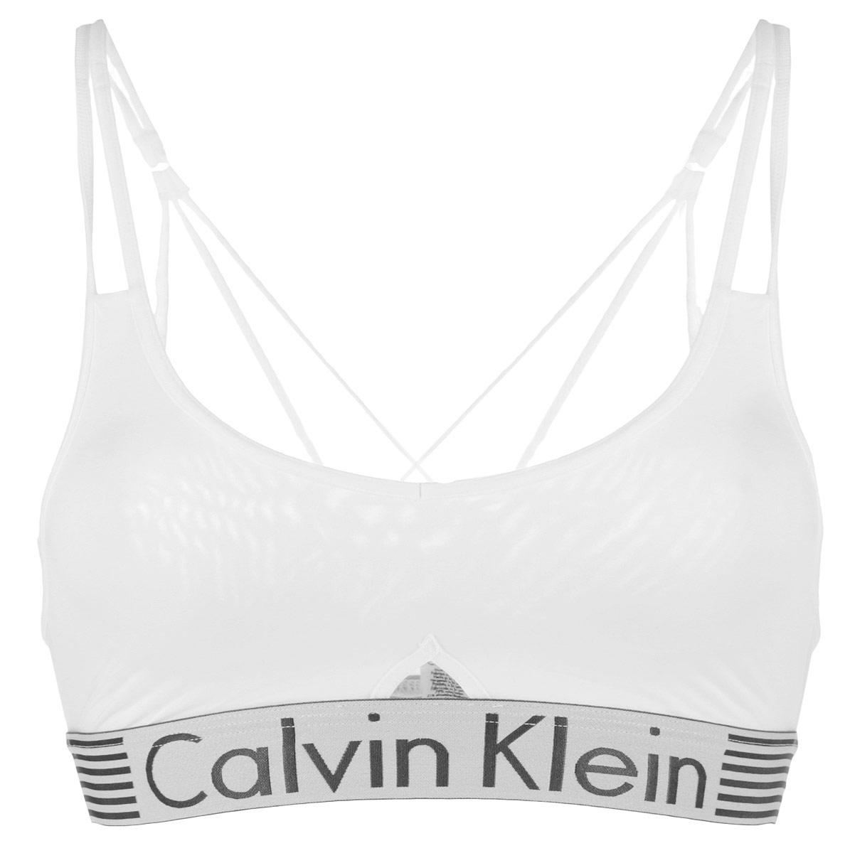 Топ-бра. QF1537EQF1537EУдобный и практичный топ-бра Calvin Klein, выполненный из высококачественного эластичного полиамида, идеально подойдет для активного отдыха и занятий фитнесом, а также для повседневной носки. Модель на тонких бретелях имеет широкий эластичный пояс, украшенный логотипом производителя. Тонкие несъемные бретельки надежно фиксируют топ на плечах. Такая модель подарит вам комфорт в течение дня и станет отличным дополнением к вашему гардеробу.