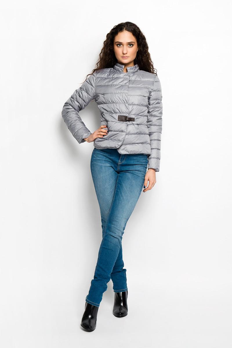 КурткаAL-2862Необыкновенно женственная стеганая куртка Grishko согреет вас в прохладную погоду и позволит выделиться из толпы. Модель приталенного кроя с длинными рукавами и воротником-стойкой выполнена из полиэстера и утеплена тонким холлофайбером, что делает ее необычайно легкой в носке и уходе. Кроме того, холлофайбер отличается повышенной теплоизоляцией, антибактериальными свойствами, долговечностью в использовании. Изделие застегивается на застежку-молнию и дополнительно на кнопку в верхней части и клапаном с оригинальной кожаной застежкой на талии. Куртка дополнена двумя скрытыми прорезными карманами на застежках-молниях. Полы модели закруглены. Левый рукав декорирован фирменной металлической эмблемой. Изделие легко стирается в машинке, не теряя своего первоначального вида. Эта модная и в то же время комфортная куртка подчеркнет ваш изысканный вкус и поможет создать неповторимый образ. Куртка прекрасно смотрится и с платьем, и с джинсами, что делает ее незаменимой для...