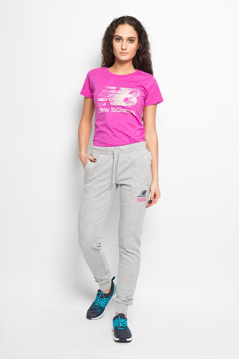 Брюки спортивные женские. EWP61721/HGREWP61721/HGRУдобные женские спортивные брюки New Balance великолепно подойдут для отдыха и занятий спортом. Модель зауженного к низу кроя и стандартной посадки изготовлена из эластичного хлопка, благодаря чему великолепно пропускает воздух, обладает высокой гигроскопичностью. Лицевая сторона брюк гладкая, а изнаночная - с небольшими петельками. Брюки дополнены эластичной резинкой на поясе и затягивающимся шнурком. Низ брючин с эластичными манжетами. Брюки оснащены двумя прорезными карманами спереди. Брюки украшены символикой логотипа бренда на левой брючине и вышивкой сзади. Эти модные и в то же время удобные брюки - настоящее воплощение комфорта. В них вы всегда будете чувствовать себя уверенно и уютно.