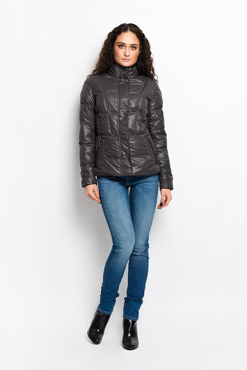 AL-2864Модная и практичная женская стеганая куртка Grishko согреет вас в прохладную погоду и позволит выделиться из толпы. Модель приталенного кроя с длинными рукавами и воротником-стойкой выполнена из полиэстера и утеплена холлофайбером, что делает ее необычайно легкой в носке и уходе. Кроме того, холлофайбер отличается повышенной теплоизоляцией, антибактериальными свойствами, долговечностью в использовании. Изделие застегивается на застежку-молнию и дополнительно клапаном на кнопках. Куртка дополнена двумя прорезными карманами на застежках-молниях. Нижняя часть рукавов и плечи оформлены небольшими хлястиками с декоративными кнопками. Левый рукав декорирован фирменной металлической эмблемой. Изделие легко стирается в машинке, не теряя своего первоначального вида. Модная и в то же время комфортная куртка Grishko подчеркнет ваш изысканный вкус и поможет создать неповторимый образ. Эта универсальная модель незаменима для городских будней и активных выходных за городом.