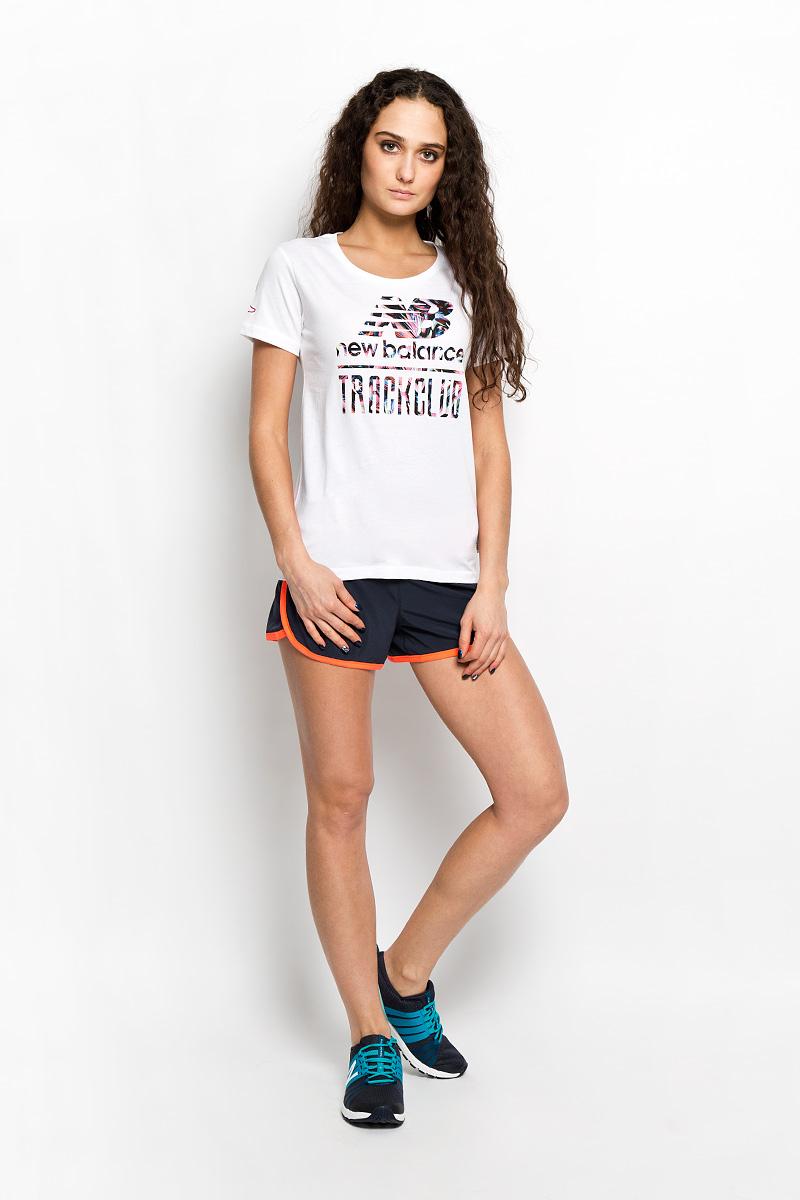 Футболка женская. EWT61722EWT61722/HGRМодная женская футболка New Balance, выполненная из натурального хлопка, обладает высокой теплопроводностью, воздухопроницаемостью и гигроскопичностью, позволяет коже дышать. Модель с короткими рукавами и круглым вырезом горловины - идеальный вариант для создания стильного образа. Оформлено изделие оригинальной термоаппликацией в виде надписей на груди и вышивкой на правом рукаве. Такая модель подарит вам комфорт в течение всего дня и послужит замечательным дополнением к вашему гардеробу.