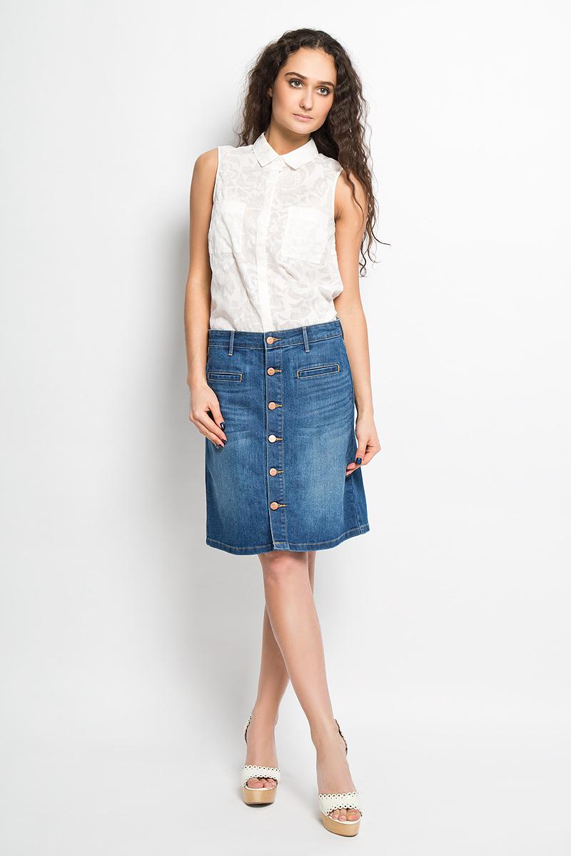 ЮбкаW26U9372TСтильная джинсовая юбка Wrangler - юбка высочайшего качества на каждый день, которая прекрасно сидит. Модель изготовлена из высококачественного хлопка с добавлением эластана. Застегивается юбка спереди на пуговицы по всей длине, имеются шлевки для ремня. Спереди модель дополнена двумя прорезными карманами, а сзади - двумя накладными карманами. Юбка оформлена легким эффектом потертости, перманентами складками и контрастной отстрочкой. Эта модная и в то же время комфортная юбка послужит отличным дополнением к вашему гардеробу. В ней вы всегда будете чувствовать себя уютно и комфортно.