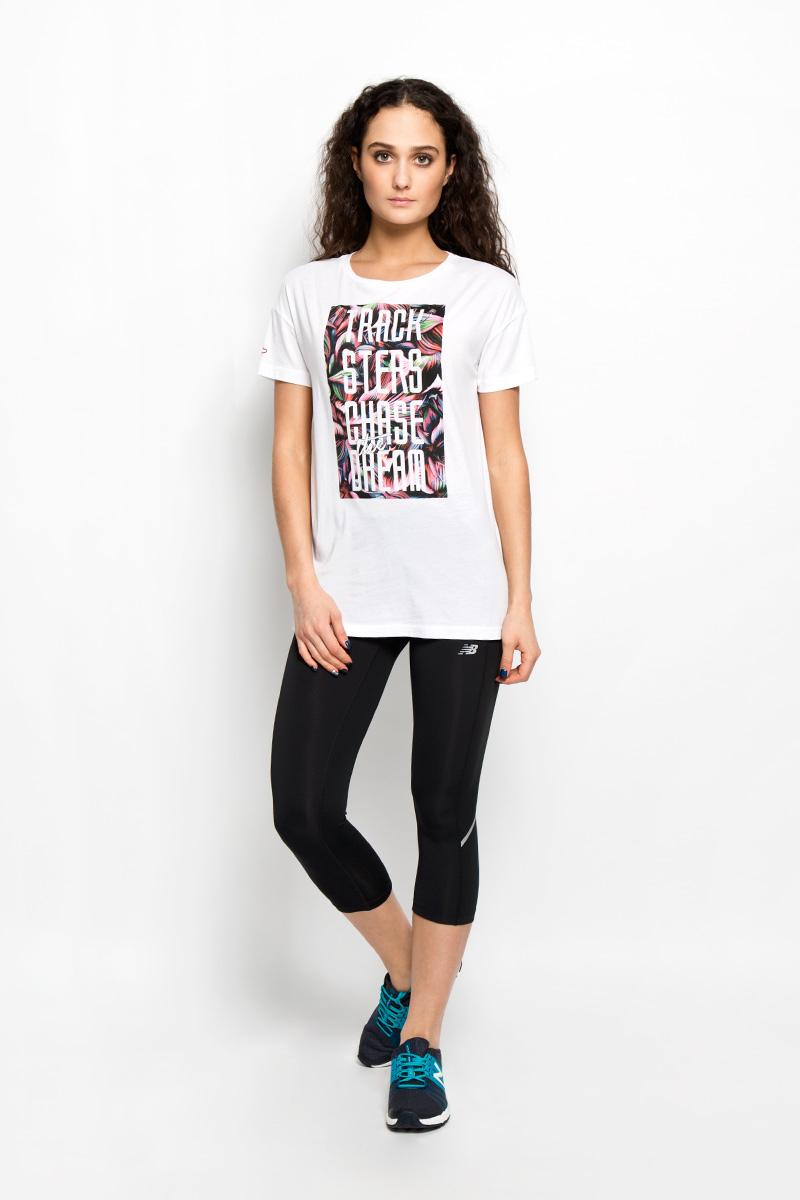 ФутболкаEWT61723/WTМодная женская футболка New Balance, выполненная из хлопка и модала, обладает высокой теплопроводностью, воздухопроницаемостью и гигроскопичностью, позволяет коже дышать. Модель с короткими рукавами и круглым вырезом горловины - идеальный вариант для создания стильного образа. Оформлено изделие оригинальной термоаппликацией на груди и вышивкой на правом рукаве. Такая модель подарит вам комфорт в течение всего дня и послужит замечательным дополнением к вашему гардеробу.