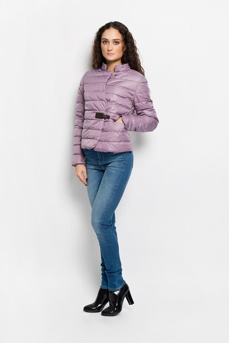 Куртка женская. AL- 2862AL-2862Необыкновенно женственная стеганая куртка Grishko согреет вас в прохладную погоду и позволит выделиться из толпы. Модель приталенного кроя с длинными рукавами и воротником-стойкой выполнена из полиэстера и утеплена тонким холлофайбером, что делает ее необычайно легкой в носке и уходе. Кроме того, холлофайбер отличается повышенной теплоизоляцией, антибактериальными свойствами, долговечностью в использовании. Изделие застегивается на застежку-молнию и дополнительно на кнопку в верхней части и клапаном с оригинальной кожаной застежкой на талии. Куртка дополнена двумя скрытыми прорезными карманами на застежках-молниях. Полы модели закруглены. Левый рукав декорирован фирменной металлической эмблемой. Изделие легко стирается в машинке, не теряя своего первоначального вида. Эта модная и в то же время комфортная куртка подчеркнет ваш изысканный вкус и поможет создать неповторимый образ. Куртка прекрасно смотрится и с платьем, и с джинсами, что делает ее незаменимой для...