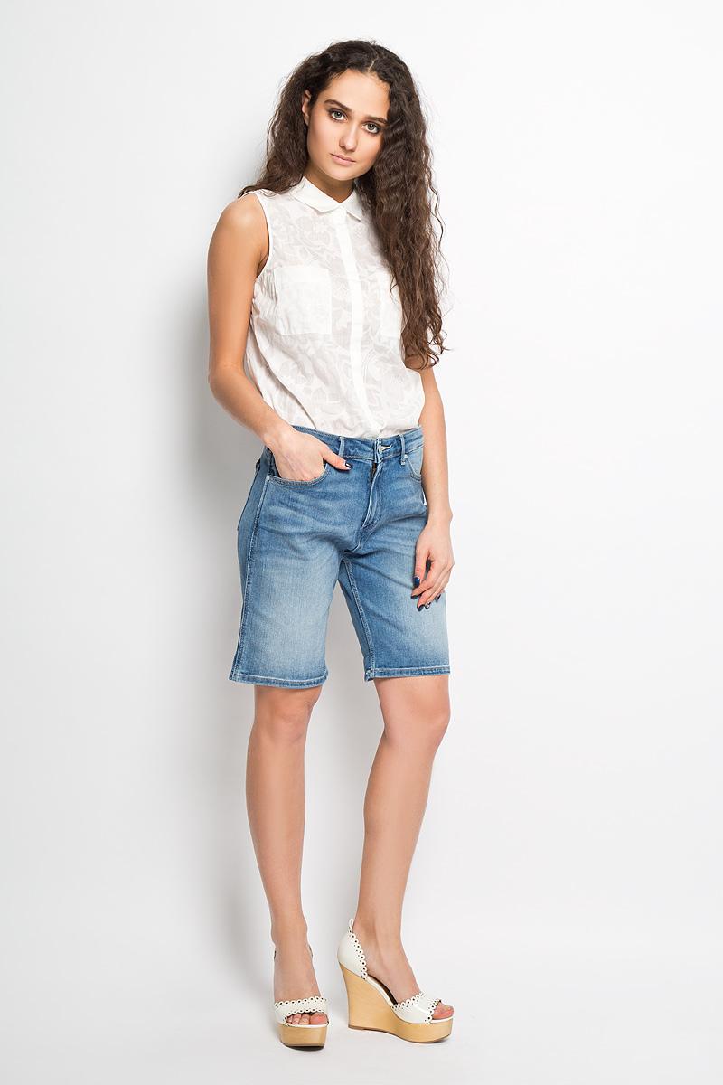 ШортыW26V8972NСтильные женские джинсовые шорты Wrangler созданы специально для того, чтобы подчеркивать достоинства вашей фигуры. Модель стандартной посадки станет отличным дополнением к вашему современному образу. Шорты удлинены и оформлены перманентными складками и потертостями. Застегиваются шорты на пуговицу в поясе и ширинку на молнии, имеются шлевки для ремня. Спереди модель оформлена двумя втачными карманами с закругленными срезами и одним секретным кармашком, а сзади - двумя накладными карманами. Сзади модель декорирована фирменной нашивкой. Эти модные и в то же время комфортные шорты послужат отличным дополнением к вашему гардеробу. В них вы всегда будете чувствовать себя уютно и комфортно.