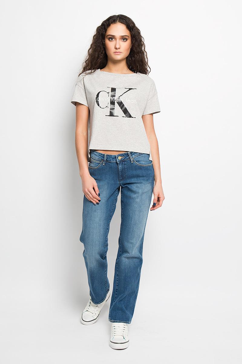Джинсы женские Sara. W2128271DW2128271DСтильные женские джинсы Wrangler Sara созданы специально для того, чтобы подчеркивать достоинства вашей фигуры. Модель прямого кроя и средней посадки станет отличным дополнением к вашему современному образу. Застегиваются джинсы на металлическую пуговицу в поясе и ширинку на застежке-молнии, имеются шлевки для ремня. Спереди модель оформлены двумя втачными карманами и одним небольшим секретным кармашком, а сзади - двумя накладными карманами. Изделие оформлено легким эффектом потёртости, контрастной прострочкой, металлическими кнопками и украшено небольшой нашивкой с названием бренда. Эти модные и в то же время комфортные джинсы послужат отличным дополнением к вашему гардеробу. В них вы всегда будете чувствовать себя уютно и комфортно.