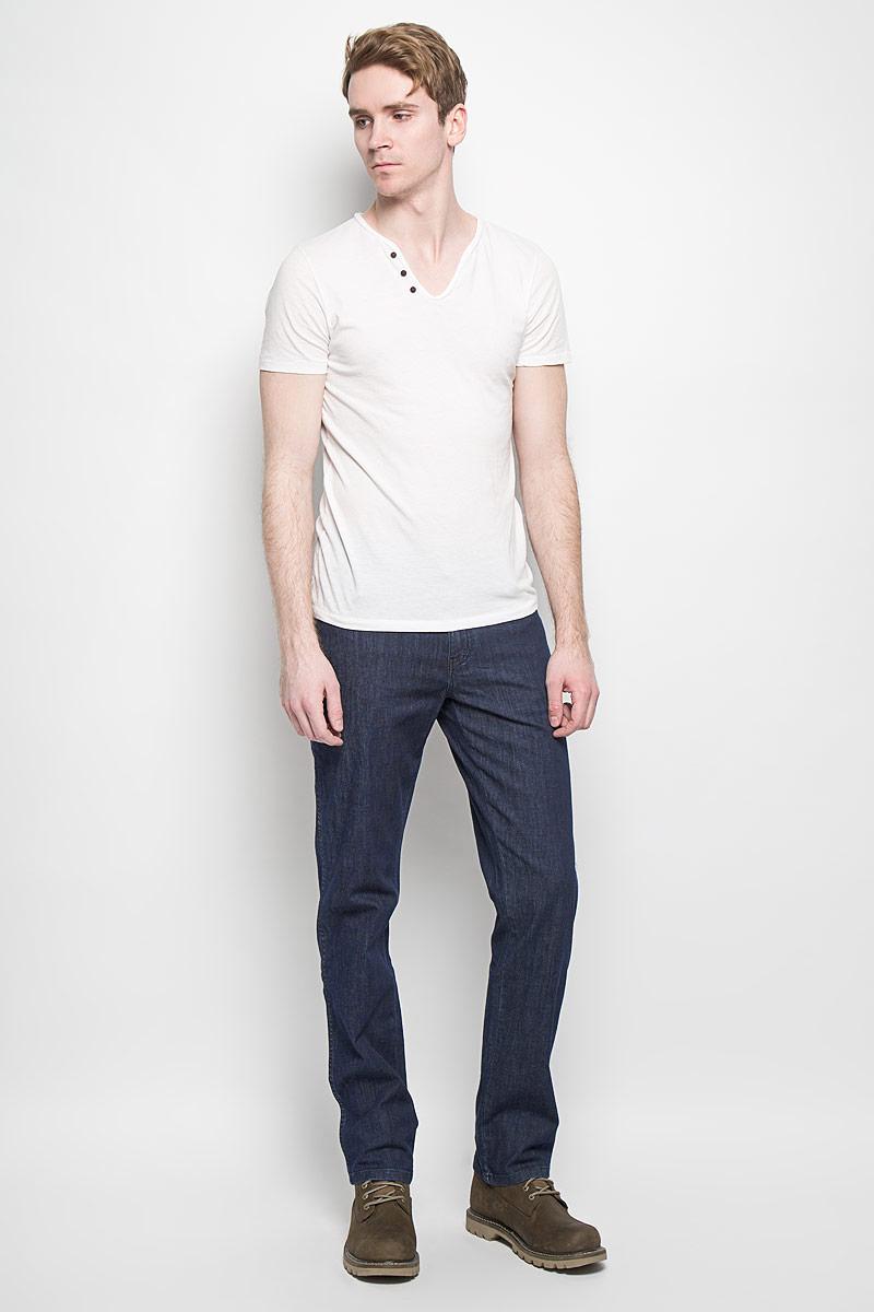 Джинсы мужские Texas Stretch. W121AL70PW121AL70PМужские джинсы Wrangler станут отличным дополнением к вашему гардеробу. Джинсы выполнены из эластичного хлопка. Изделие мягкое и приятное на ощупь, не сковывает движения и позволяет коже дышать. Модель на поясе застегивается на металлическую пуговицу и ширинку на металлической застежке-молнии, а также предусмотрены шлевки для ремня. Спереди расположены два втачных кармана с закругленными срезами и один секретный кармашек, а сзади - два накладных кармана. Изделие оформлено декоративными отстрочками, металлическими кнопками и украшено нашивками с названием бренда. Современный дизайн, отличное качество и расцветка делают эти джинсы модным, стильным и практичным предметом мужской одежды. Такая модель подарит вам комфорт в течение всего дня.