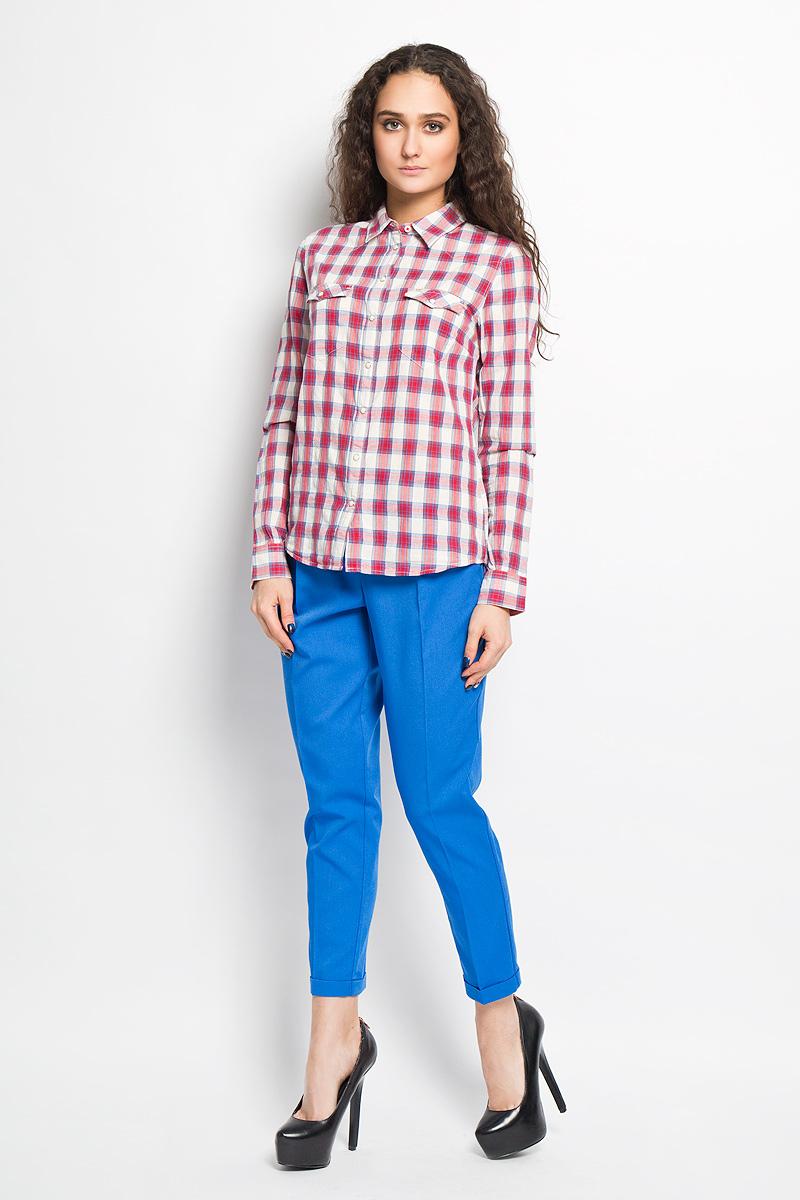 L46WXBCMСтильная женская блуза Lee, выполненная из натурального хлопка, подчеркнет ваш уникальный стиль и поможет создать оригинальный женственный образ. Свободная блузка с длинными рукавами, отложным воротником и застегивается на пуговицы. Низ рукавов обработан манжетами. Модель дополнена двумя небольшими накладными карманами, которые закрываются клапаном и кнопкой. Такая блузка идеально подойдет для жарких летних дней. Такая блузка будет дарить вам комфорт в течение всего дня и послужит замечательным дополнением к вашему гардеробу.