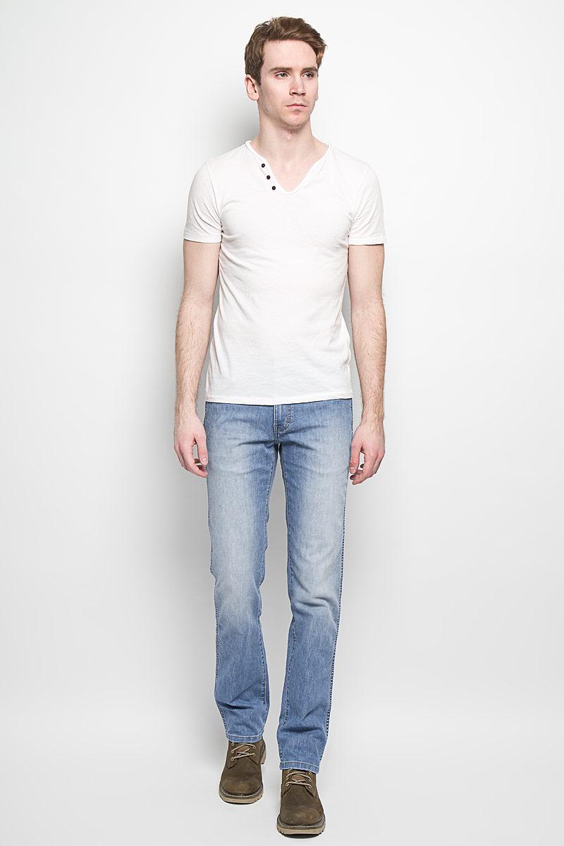 Джинсы мужские Arizona Stretch. W12OZS70GW12OZS70GМужские джинсы Wrangler станут отличным дополнением к вашему гардеробу. Джинсы выполнены из эластичного хлопка. Изделие мягкое и приятное на ощупь, не сковывает движения и позволяет коже дышать. Модель на поясе застегивается на металлическую пуговицу и имеет ширинку на застежке-молнии, а также шлевки для ремня. Спереди расположены два втачных кармана и один маленький накладной, а сзади - два накладных кармана. Изделие с легким эффектом потертости оформлено контрастными отстрочками, украшено нашивкой с названием бренда. Современный дизайн, отличное качество и расцветка делают эти джинсы модным, стильным и практичным предметом мужской одежды. Такая модель подарит вам комфорт в течение всего дня.
