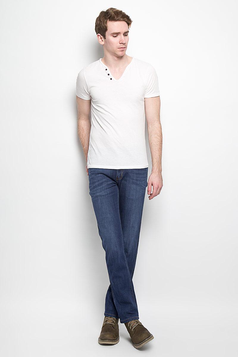 Джинсы мужские Arizona Stretch. W12OBD72SW12OBD72SМужские джинсы Wrangler станут отличным дополнением к вашему гардеробу. Джинсы выполнены из хлопка с небольшим добавлением эластана. Изделие мягкое и приятное на ощупь, не сковывает движения и позволяет коже дышать. Модель на поясе застегивается на металлическую пуговицу и ширинку на металлической застежке-молнии, а также предусмотрены шлевки для ремня. Спереди расположены два втачных кармана с закругленными срезами и один секретный кармашек, а сзади - два накладных кармана. Изделие оформлено легким эффектом потёртостей, контрастными отстрочками, металлическими кнопками и украшено нашивкой с названием бренда. Современный дизайн, отличное качество и расцветка делают эти джинсы модным, стильным и практичным предметом мужской одежды. Такая модель подарит вам комфорт в течение всего дня.