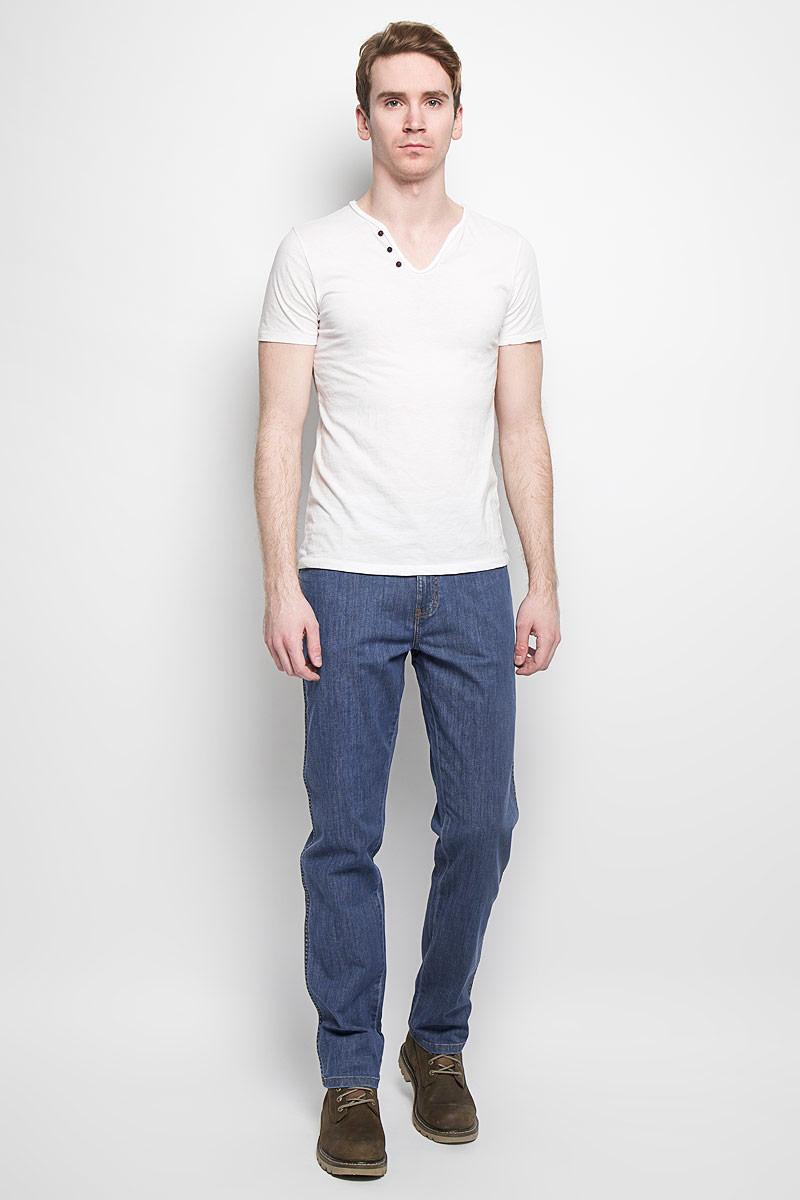 Джинсы мужские Texas Stretch. W121AL69SW121AL69SМужские джинсы Wrangler станут отличным дополнением к вашему гардеробу. Джинсы выполнены из эластичного хлопка. Изделие мягкое и приятное на ощупь, не сковывает движения и позволяет коже дышать. Модель на поясе застегивается на металлическую пуговицу и ширинку на металлической застежке-молнии, а также предусмотрены шлевки для ремня. Спереди расположены два втачных кармана и один секретный кармашек, а сзади - два накладных кармана. Изделие оформлено контрастными отстрочками, металлическими кнопками и украшено нашивками с названием бренда. Современный дизайн, отличное качество и расцветка делают эти джинсы модным, стильным и практичным предметом мужской одежды. Такая модель подарит вам комфорт в течение всего дня.