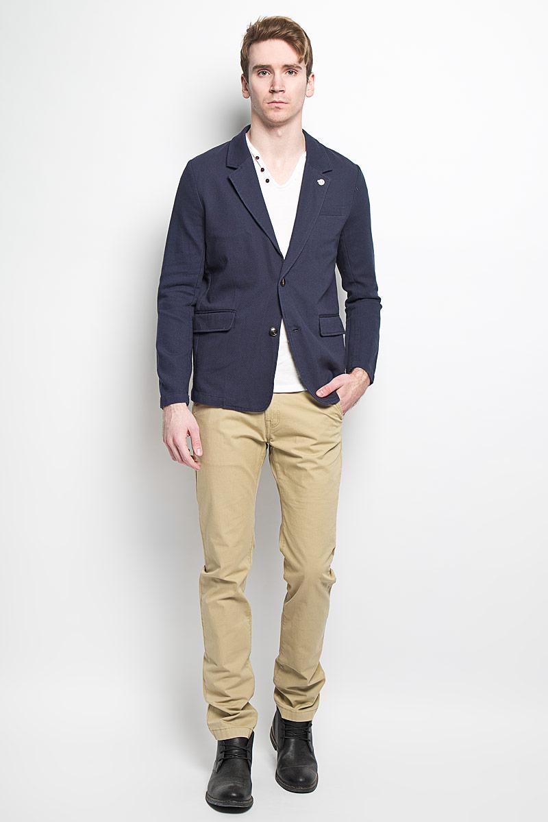 JTw-216/114-6162Классический мужской пиджак Sela изготовлен из натурального фактурного хлопка, благодаря чему он приятен на ощупь и обеспечит вам комфорт и удобство при носке. Внутренняя отделка пиджака выполнена также из хлопка. Пиджак с воротником с лацканами и длинными рукавами застегивается на две пластиковые пуговицы. Воротник с одной стороны фиксирован блестящей пуговицей. Манжеты рукавов также дополнены декоративными пуговицами. Пиджак имеет прорезной карман на груди, два прорезных кармана с клапанами и два внутренних прорезных кармана. Спинка пиджака для более комфортной носки дополнена двумя шлицами. Этот модный и в тоже время комфортный пиджак отличный вариант как для офиса, так и для повседневной носки. Он станет великолепным дополнением к вашему гардеробу, а благодаря классическому фасону, такой пиджак будет прекрасно сочетаться с любыми нарядами.