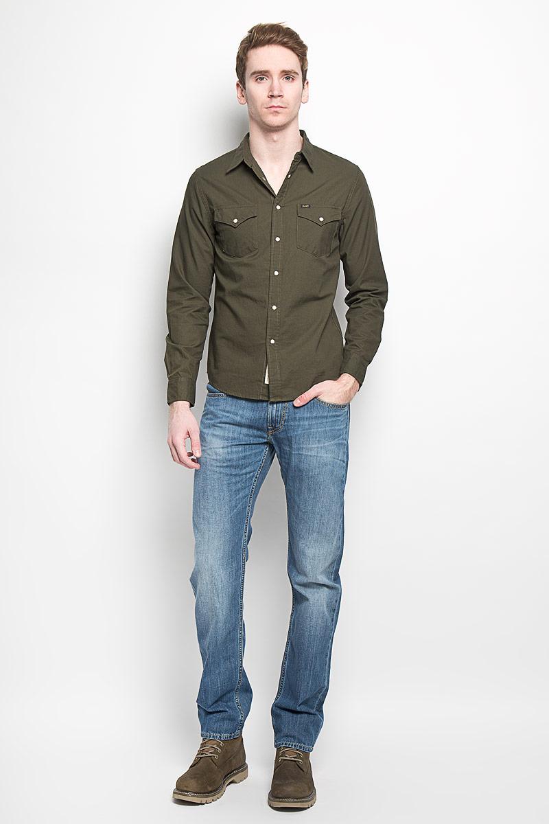РубашкаL644ZCCEСтильная мужская рубашка Lee, выполненная из 100% хлопка, подчеркнет ваш уникальный стиль и поможет создать оригинальный образ. Рубашка с длинными рукавами и отложным воротником застегивается на кнопки спереди, манжеты рукавов также дополнены кнопками. Воротник застегивается на пуговицу. Модель дополнена двумя накладными нагрудными карманами, закрывающимися на клапаны с кнопками. Такая рубашка будет дарить вам комфорт в течение всего дня и послужит замечательным дополнением к вашему гардеробу.