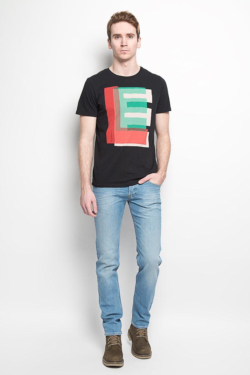 L64REP01Стильная мужская футболка Lee, выполненная из натурального хлопка, обладает высокой теплопроводностью, воздухопроницаемостью и великолепно отводит влагу от тела. Модель с короткими рукавами и круглым вырезом горловины - идеальный вариант для создания образа в стиле Casual. Футболка оформлена разноцветным принтом логотипа бренда. Такая модель подарит вам комфорт в течение всего дня и послужит замечательным дополнением к вашему гардеробу.