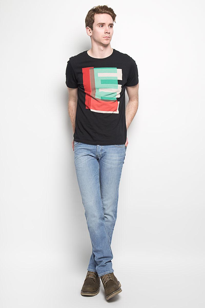 Джинсы мужские. L704BCQHL704BCQHМодные мужские джинсы Lee - это джинсы высочайшего качества, которые прекрасно сидят. Они выполнены из высококачественного эластичного хлопка, что обеспечивает комфорт и удобство при носке. Модель немного зауженного кроя стандартной посадки станет отличным дополнением к вашему современному образу. Изделие застегивается на пуговицу в поясе и ширинку на пуговицах, а также дополнено шлевками для ремня. Джинсы имеют классический пятикарманный крой: спереди модель дополнена двумя втачными карманами и одним маленьким накладным кармашком, а сзади - двумя накладными карманами. Эти модные и в тоже время комфортные джинсы послужат отличным дополнением к вашему гардеробу.