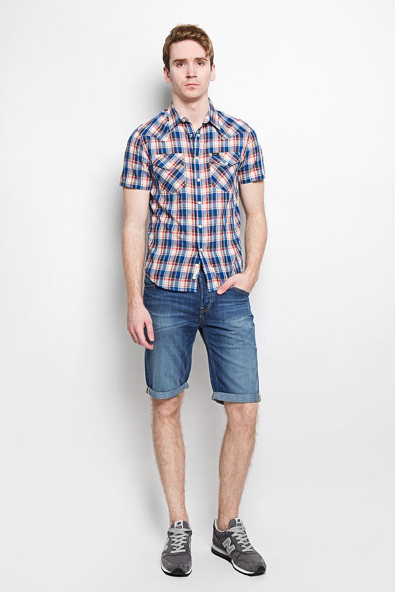 L640ZDAFСтильная мужская рубашка Lee, выполненная из 100% хлопка, подчеркнет ваш уникальный стиль и поможет создать оригинальный образ. Рубашка с короткими рукавами и отложным воротником застегивается на кнопки спереди. Модель украшена актуальным принтом в клетку и дополнена двумя накладными нагрудными карманами, закрывающимися клапанами с кнопками. Такая рубашка будет дарить вам комфорт в течение всего дня и послужит замечательным дополнением к вашему гардеробу.