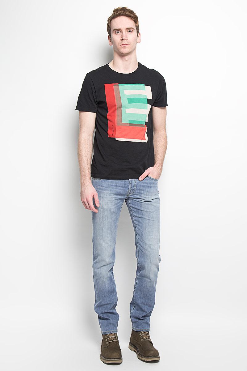 Джинсы мужские Powell. L704BHRLL704BHRLСтильные мужские джинсы Lee Powell - джинсы высочайшего качества на каждый день, которые прекрасно сидят. Модель классического кроя и средней посадки изготовлена из высококачественного хлопка с добавлением эластана. Застегиваются джинсы на пуговицу в поясе и ширинку на пуговицах, имеются шлевки для ремня. Спереди модель дополнена двумя втачными карманами и одним небольшим секретным кармашком, а сзади - двумя накладными карманами. Джинсы оформлены контрастной отстрочкой, перманентными складками и легким эффектом потертости. Эти модные и в тоже время комфортные джинсы послужат отличным дополнением к вашему гардеробу. В них вы всегда будете чувствовать себя уютно и комфортно.