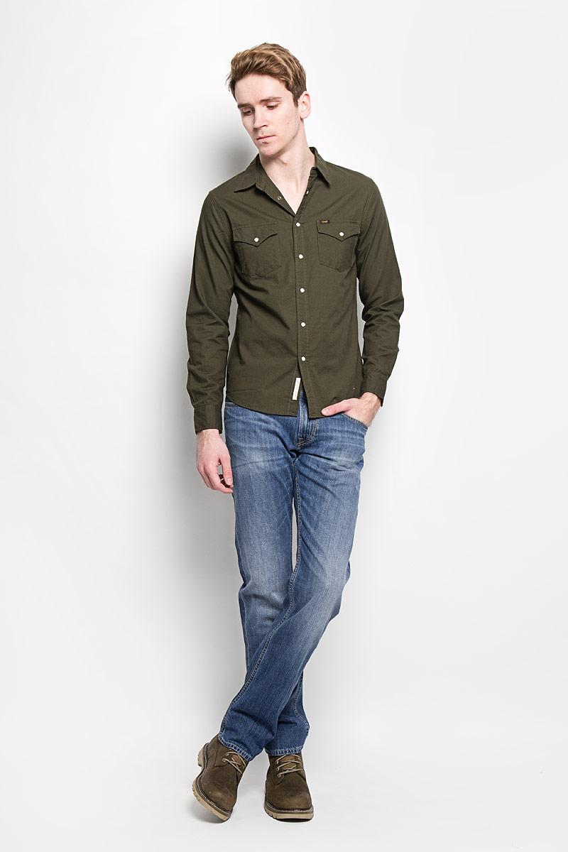 Джинсы мужские. L730DEQNL730DEQNМодные мужские джинсы Lee - это джинсы высочайшего качества, которые прекрасно сидят. Они выполнены из высококачественного натурального хлопка, что обеспечивает комфорт и удобство при носке. Классические прямые джинсы стандартной посадки станут отличным дополнением к вашему современному образу. Джинсы застегиваются на пуговицу в поясе и ширинку на застежке-молнии, а также дополнены шлевками для ремня. Джинсы имеют классический пятикарманный крой: спереди модель оформлена двумя втачными карманами и одним маленьким накладным кармашком, а сзади - двумя накладными карманами. Эти модные и в тоже время комфортные джинсы послужат отличным дополнением к вашему гардеробу.