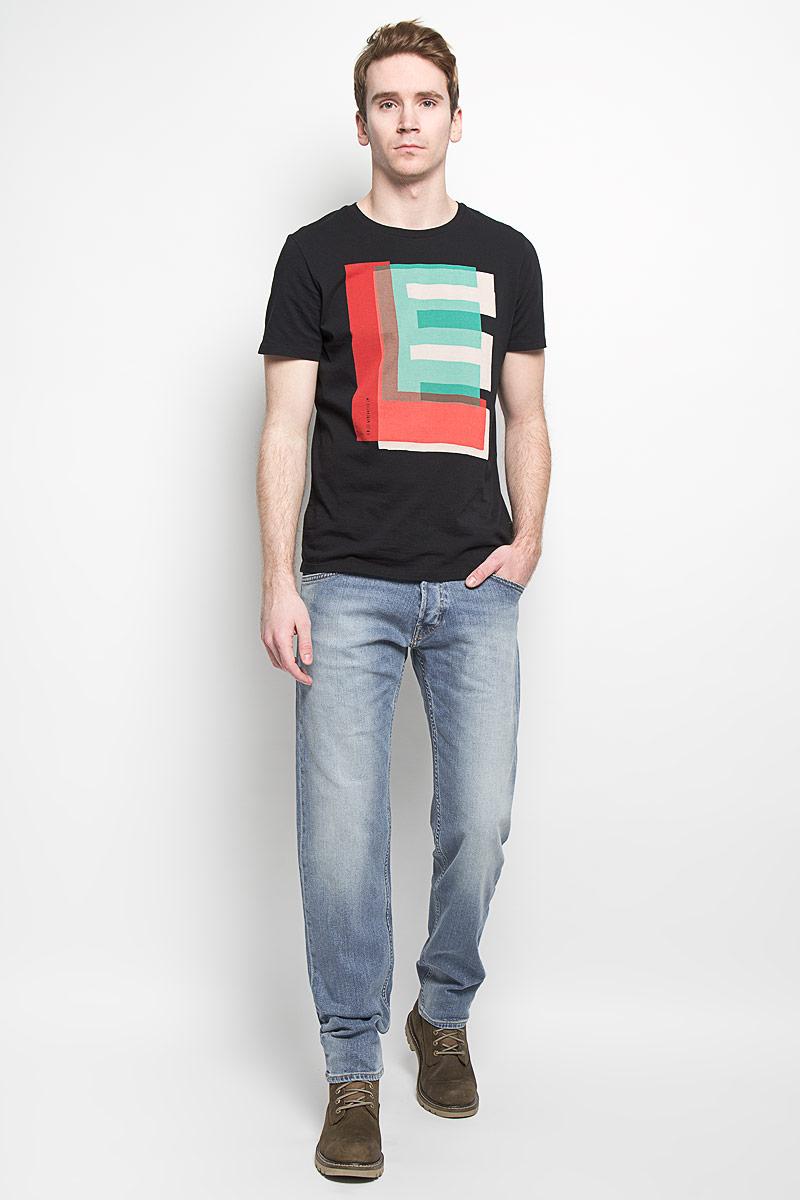 Джинсы мужские. L715DXRJL715DXRJМодные мужские джинсы Lee - это джинсы высочайшего качества, которые прекрасно сидят. Они выполнены из высококачественного эластичного хлопка, что обеспечивает комфорт и удобство при носке. Классические прямые джинсы стандартной посадки станут отличным дополнением к вашему современному образу. Джинсы застегиваются на пуговицу в поясе и ширинку на пуговицах, имеются шлевки для ремня. Джинсы имеют классический пятикарманный крой: спереди модель оформлена двумя втачными карманами и одним маленьким накладным кармашком, а сзади - двумя накладными карманами. Эти модные и в тоже время комфортные джинсы послужат отличным дополнением к вашему гардеробу.