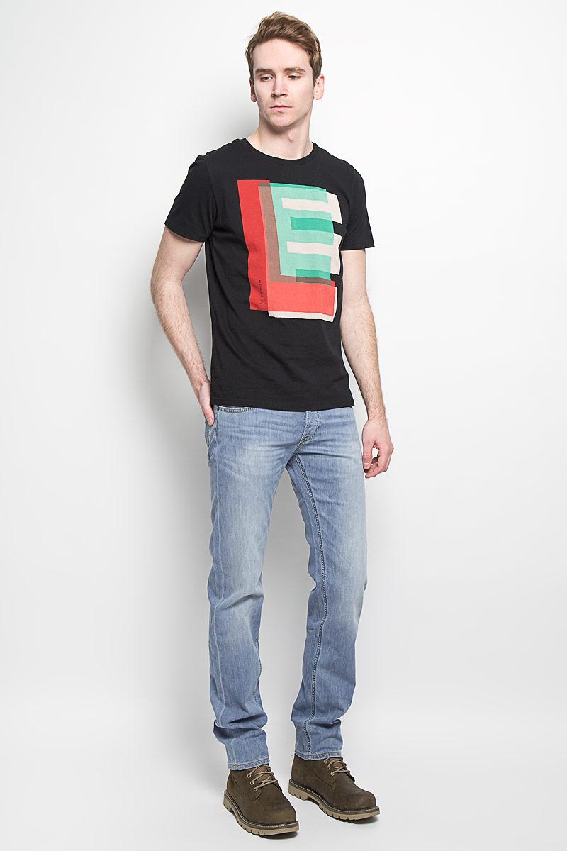 Джинсы мужские. L706BHRLL706BHRLМодные мужские джинсы Lee - это джинсы высочайшего качества, которые прекрасно сидят. Они выполнены из высококачественного эластичного хлопка, что обеспечивает комфорт и удобство при носке. Классические прямые джинсы стандартной посадки станут отличным дополнением к вашему современному образу. Джинсы застегиваются на пуговицу в поясе и ширинку на пуговицах, а также дополнены шлевками для ремня. Джинсы имеют классический пятикарманный крой: спереди модель оформлена двумя втачными карманами и одним маленьким накладным кармашком, а сзади - двумя накладными карманами. Эти модные и в тоже время комфортные джинсы послужат отличным дополнением к вашему гардеробу.