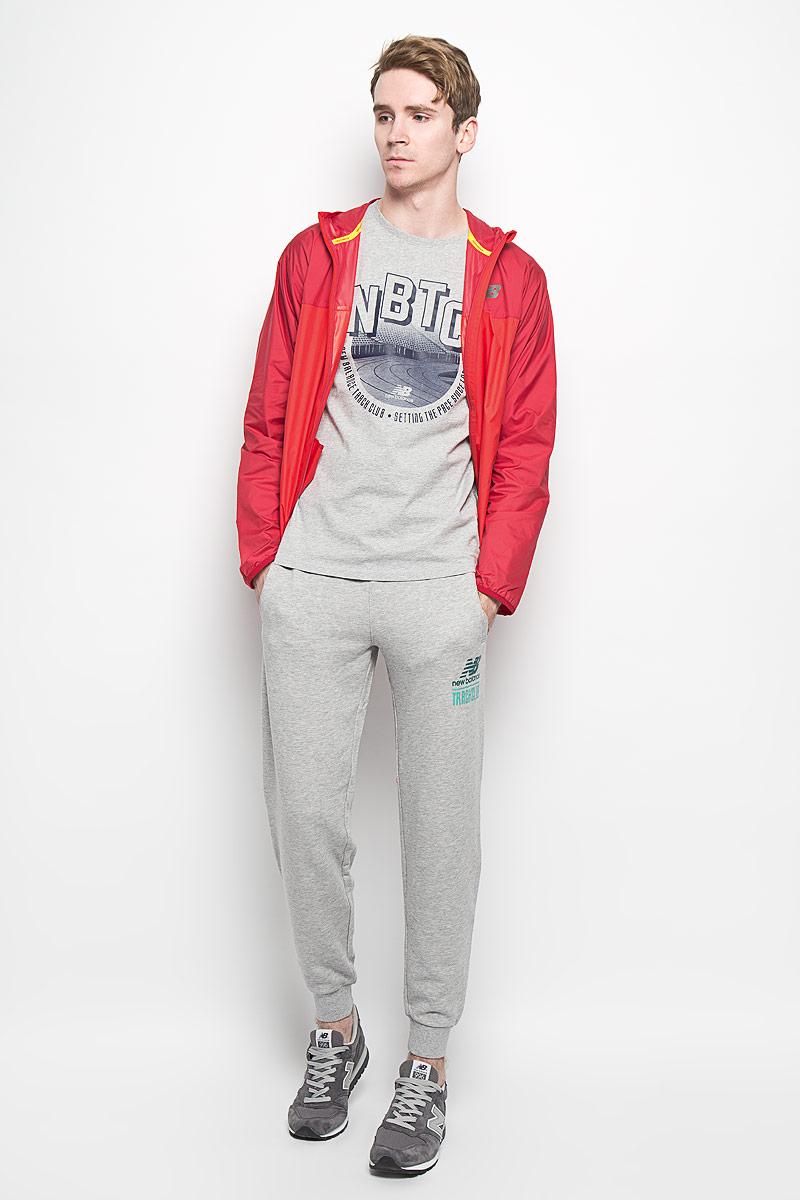 EMP61714/ABYУдобные мужские спортивные брюки New Balance великолепно подойдут для отдыха, повседневной носки, а также для занятий спортом. Модель прямого кроя и средней посадки изготовлена из хлопка с добавлением полиэстера, благодаря чему великолепно пропускает воздух, обладает высокой гигроскопичностью и превосходно сидит, обеспечивая вам комфорт даже во время интенсивных тренировок. Брюки имеют широкую эластичную резинку на поясе, объем талии регулируется при помощи шнурка-кулиски. Брючины дополнены трикотажными манжетами. Изделие дополнено двумя втачными карманами спереди, а также украшено принтом с изображением логотипа производителя. Эти модные и в тоже время удобные брюки - настоящее воплощение комфорта. В них вы всегда будете чувствовать себя уверенно и уютно, и непременно достигнете новых спортивных высот.