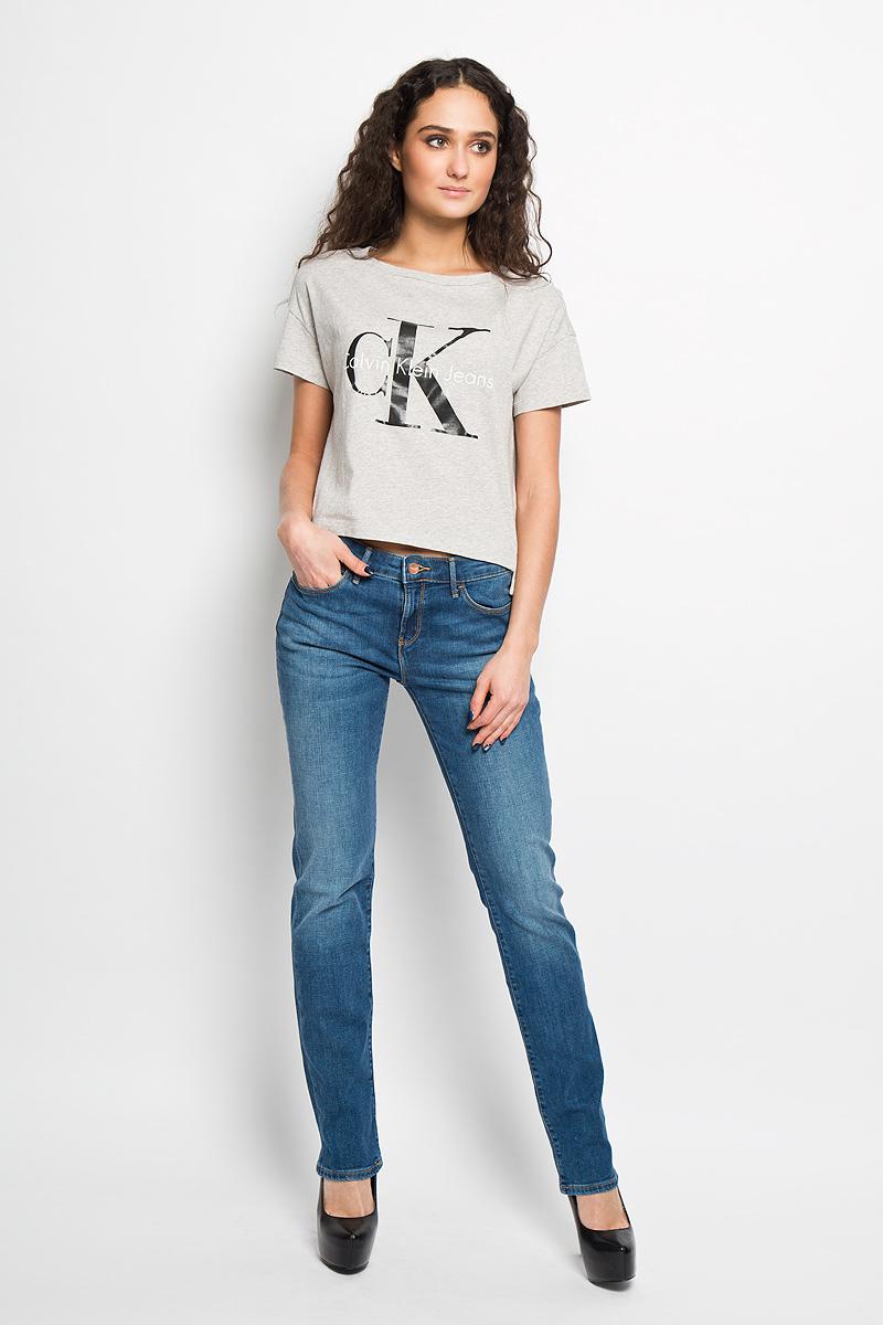 Джинсы женские Drew. W24S9169NW24S9169NСтильные женские джинсы Wrangler Drew - джинсы высочайшего качества, которые прекрасно сидят. Джинсы Wrangler созданы специально для того, чтобы подчеркивать достоинства вашей фигуры. Модель узкого кроя и стандартной посадки станет отличным дополнением к вашему современному образу. Застегиваются джинсы на пуговицу и ширинку на застежке-молнии, имеются шлевки для ремня. Спереди модель оформлена двумя втачными карманами и одним небольшим секретным кармашком, а сзади - двумя накладными карманами. Эти модные и в тоже время комфортные джинсы послужат отличным дополнением к вашему гардеробу. В них вы всегда будете чувствовать себя уютно и комфортно.